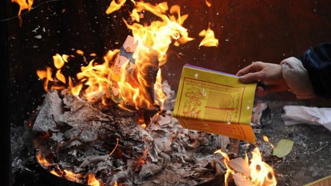 Cúng rằm tháng 7: Những điều cần lưu ý khi đốt vàng mã