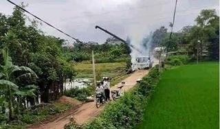Xe cẩu chạm vào dây điện lúc vớt gỗ, tài xế bị giật tử vong