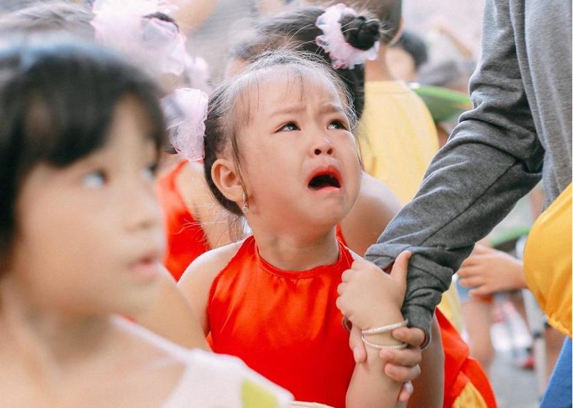 Cha mẹ thiếu quan tâm đến con trong ngày đầu đi học dễ khiến trẻ trầm cảm