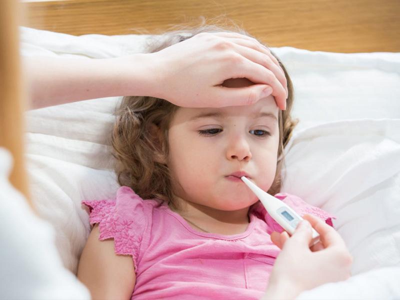 trẻ sốt cao phải làm sao