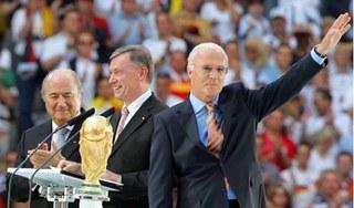 Một loạt quan chức cấp cao của bóng đá thế giới bị tố gian lận, lừa đảo