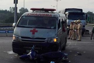 Xe cứu thương chở quan tài va chạm với xe máy, 2 người nguy kịch