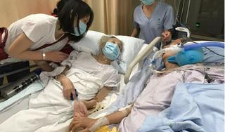 Rơi nước mắt khoảnh khắc vợ chồng già nắm tay nhau lần cuối trong bệnh viện