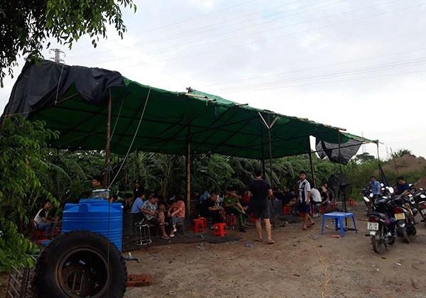 Dựng lán trại tại bãi đất ven sông để tổ chức đá gà ăn tiền