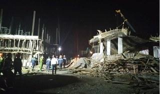 Sập giàn giáo đang xây dựng trong đêm, 7 người nhập viện