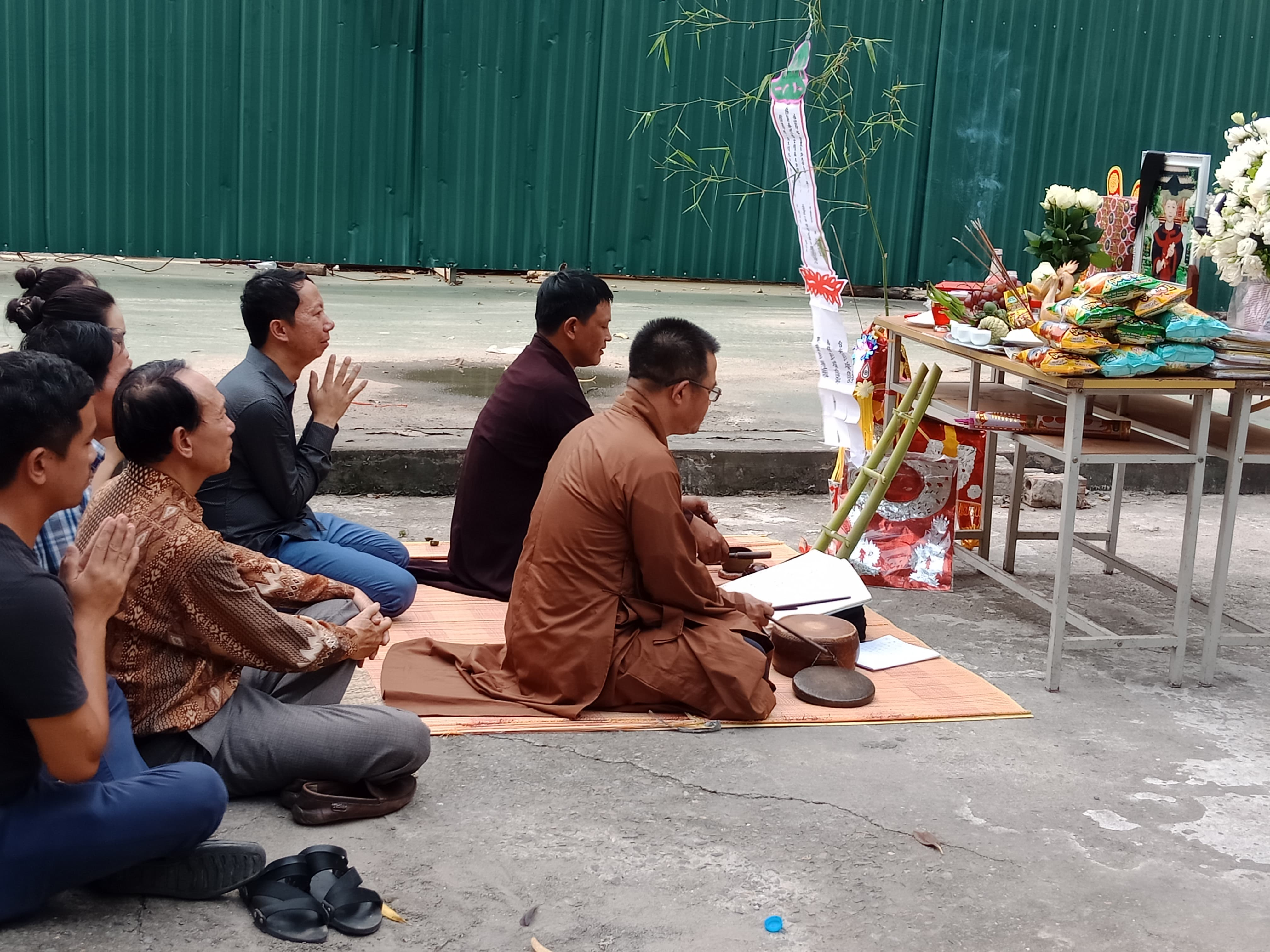 Gia đình bé L. làm lễ cầu siêu tại nơi đỗ chiếc xe ô tô ở ký túc xa Học viện Báo chí và tuyên truyền