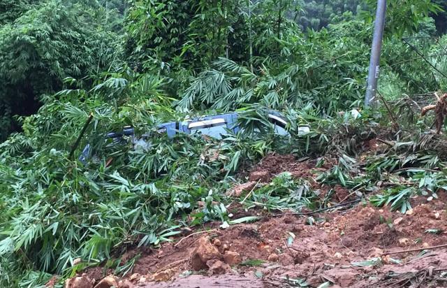 Sạt lở kinh hoàng ở đèo Bảo Lộc, xe khách bị hất văng xuống vực