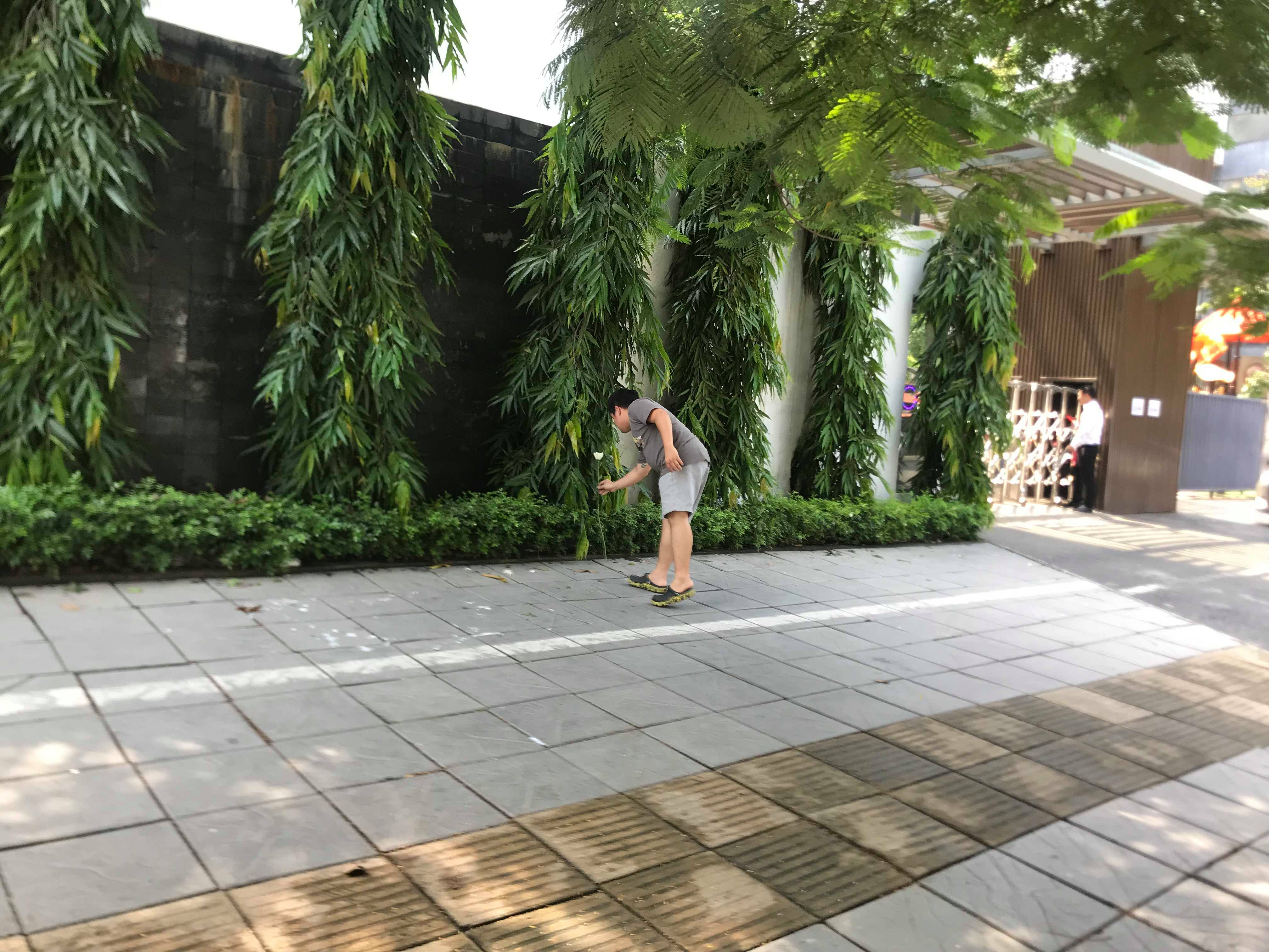Anh Hiệp đặt hoa trắng trước cổng trường Getaway