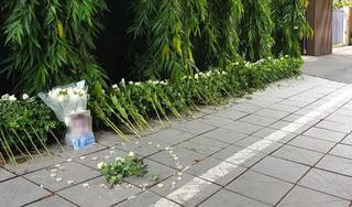 Những cành hoa trắng trước cổng trường Gateway tưởng niệm bé trai 6 tuổi