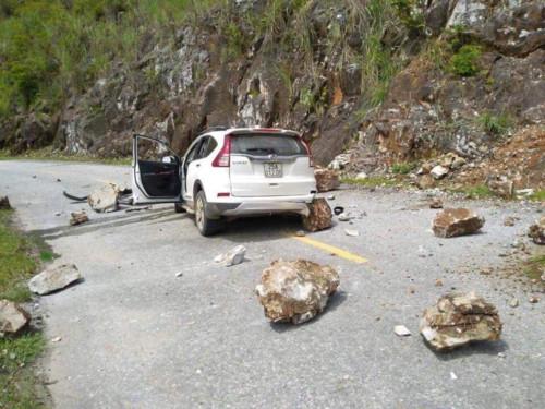 Xe ô tô CRV bị đá đè bẹp rúm trên Quốc lộ 12