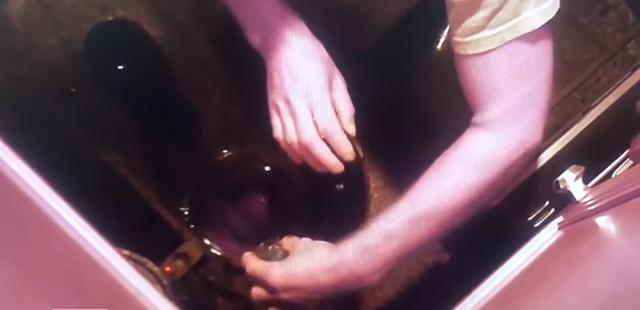 Lén lắp camera trong nhà, vợ phát hiện bị chồng đầu độc bằng cà phê