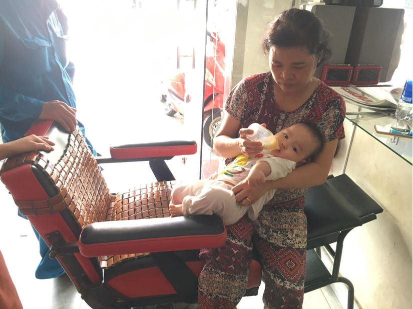Clip: Thót tim chờ giải cứu bé trai 8 tháng tuổi kẹt trong thang máy2