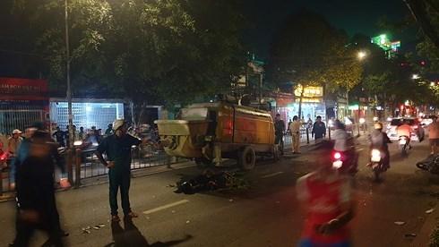 Máy bơm bê tông dừng giữa đường, 2 thanh niên lao xe vào tử vong