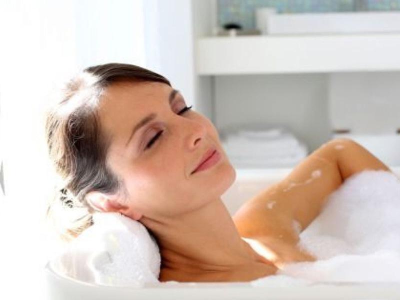 tắm nước ấm khi có da khô