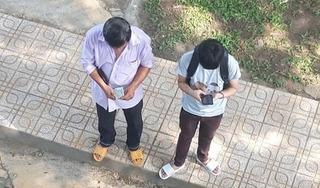 Ứa nước mắt hình ảnh người cha nghèo đếm từng đồng tiền lẻ cho con nhập học