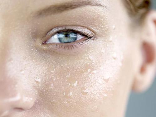 dấu hiệu nhận biết da dầu mất nước và cách dưỡng da dầu