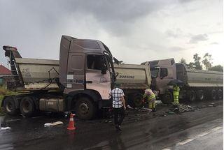 Container lật nghiêng, 2 xe đầu kéo nát cabin vụ tai nạn giao thông liên hoàn