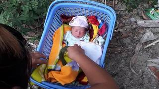 Lương y hoảng hồn phát hiện bé sơ sinh còn kẹp dây rốn bị bỏ rơi trước cổng