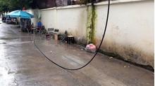 Đang uống cafe vỉa hè, người đàn ông tử vong khi bị dây điện rơi trúng lưng