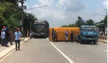 Xe khách 29 chỗ rụng bánh lật ngang, ít nhất 10 người bị thương