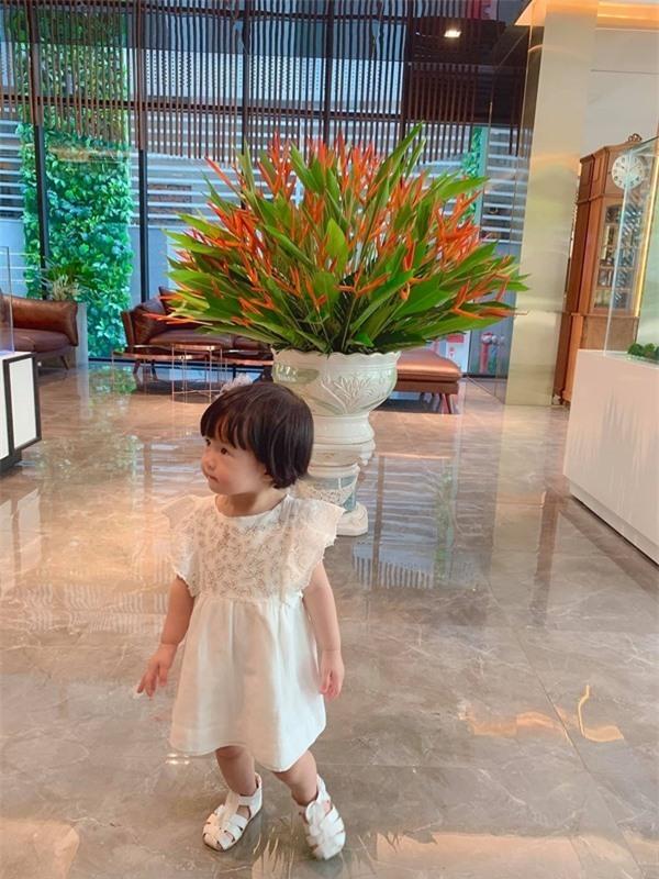Con gái Hoa hậu Thu Thảo khiến dân mạng 'tan chảy' vì dễ thương