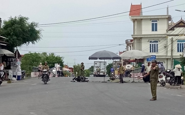 Hiện trường vụ hai xe máy đối đầu 3 người thương vong. Ảnh Nhân Dân.