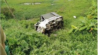 Ô tô chết máy giữa đường sắt bị tàu hỏa húc bay, tài xế trọng thương