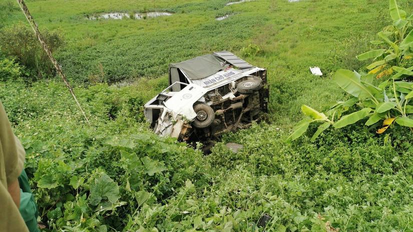 Hiện trường tàu hỏa tông ô tô bay xuống ruộng.