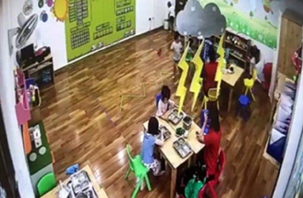 Mẹ bé gái phát hiện cô giáo nhốt học sinh trong tủ