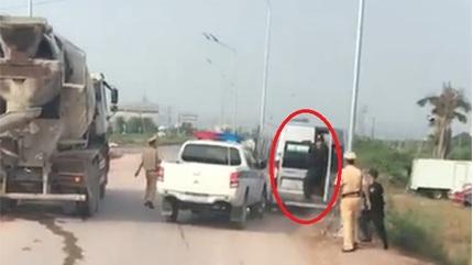 Đã xác minh được biển giả của xe khách bỏ chạy, hất văng cảnh sát xuống đường