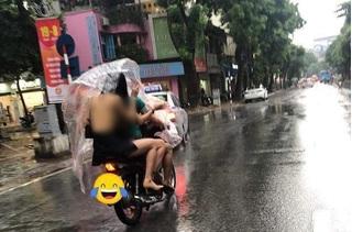 'Nhức mắt' với cô gái mặc váy ngắn cũn, lưng trần lộ liễu trong mưa