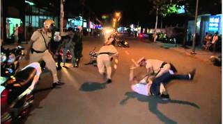 Vi phạm giao thông bị lập biên bản, thanh niên nhặt đá đánh CSGT trọng thương