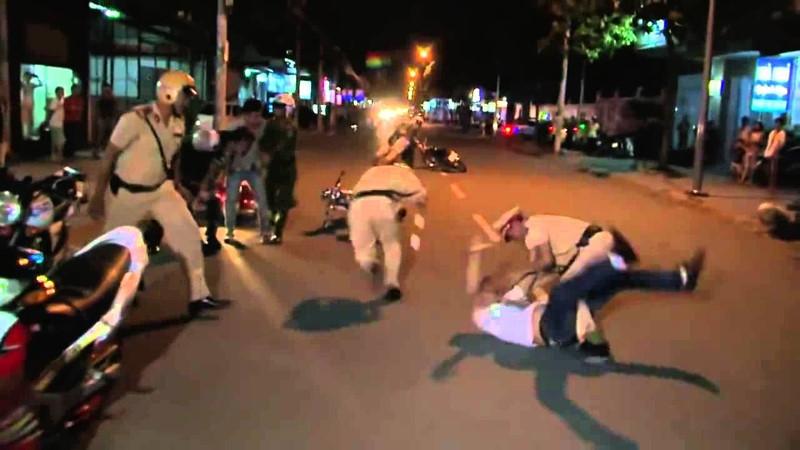 Vi phạm giao thông bị lập biên bản, thanh niên nhặt đá 'choảng' CSGT trọng thương