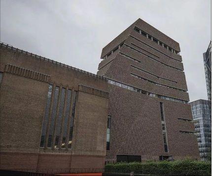 Bé trai 6 tuổi bị người lạ ném xuống từ tầng 10 khi đi bảo tàng