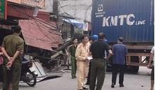 Đi 'lạc' vào đường làng, container húc đổ nhiều cột điện và mái nhà dân