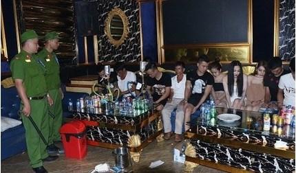 Bắt quả tang hàng chục thanh niên đang phê ma túy trong quán karaoke