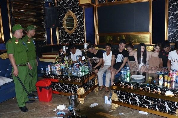 Bắt quả tang hàng chục dân chơi người Nghệ An phê ma túy trong quán karaoke ở Hà Tĩnh