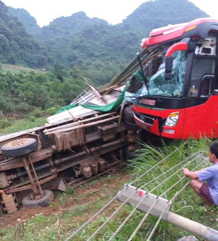 Danh tính tài xế xe khách bị tạm giữ sau vụ tông xe tải ở Hòa Bình