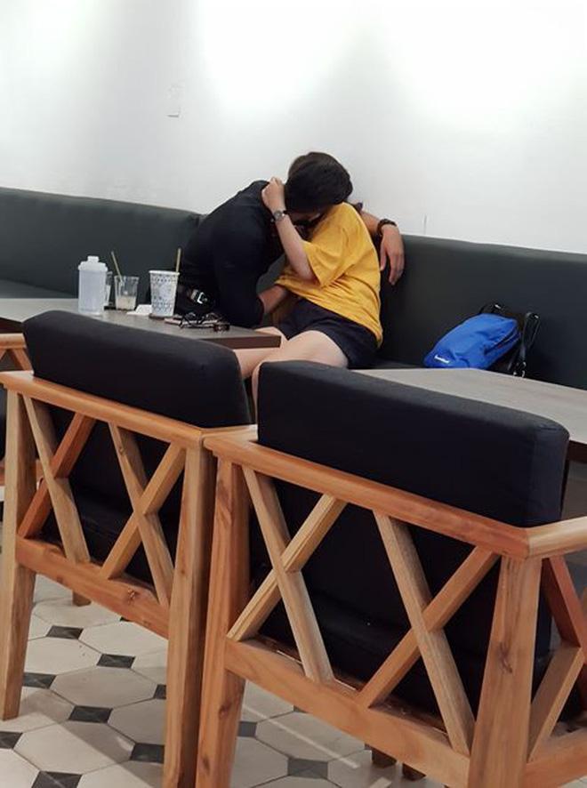 Cặp đôi vô tư ôm hôn, sờ soạng trong áo bạn gái giữa quán cà phê2