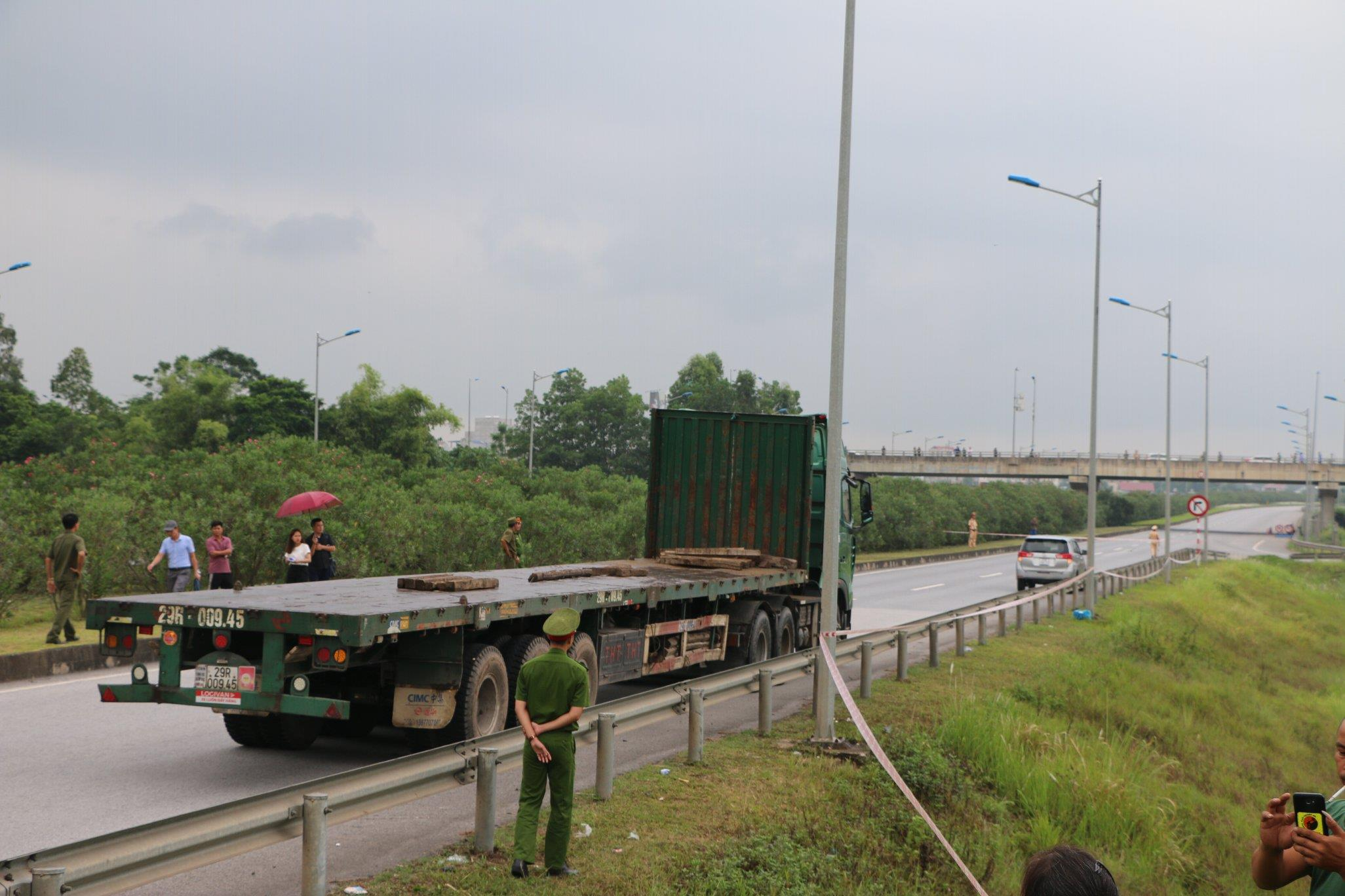 Tài xế vây kín xem thực nghiệm vụ container tông Innova đi lùi trên cao tốc