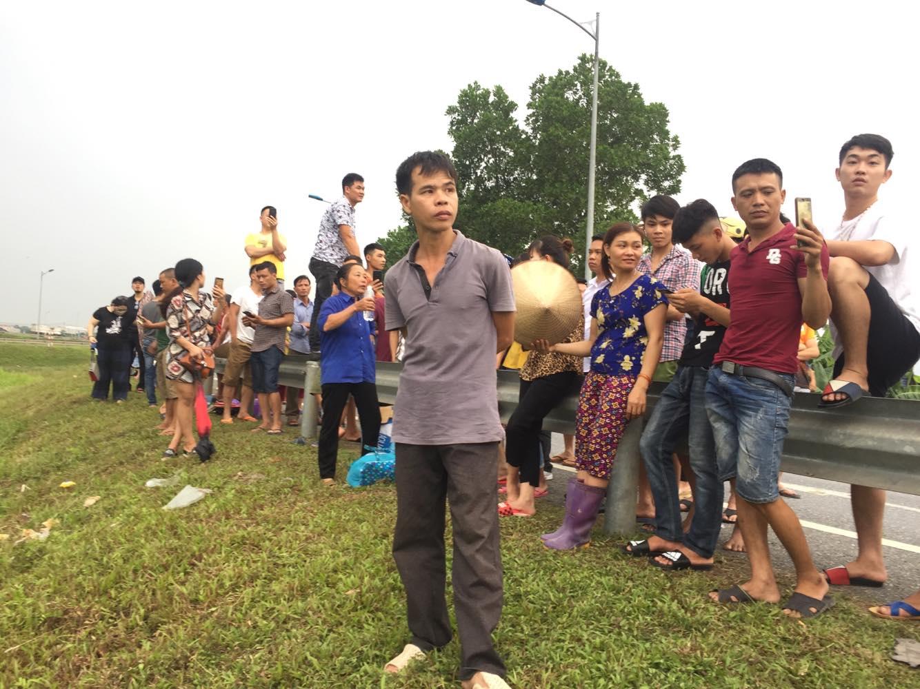 Người dân đứng từ xa để theo dõi buổi thực nghiệm