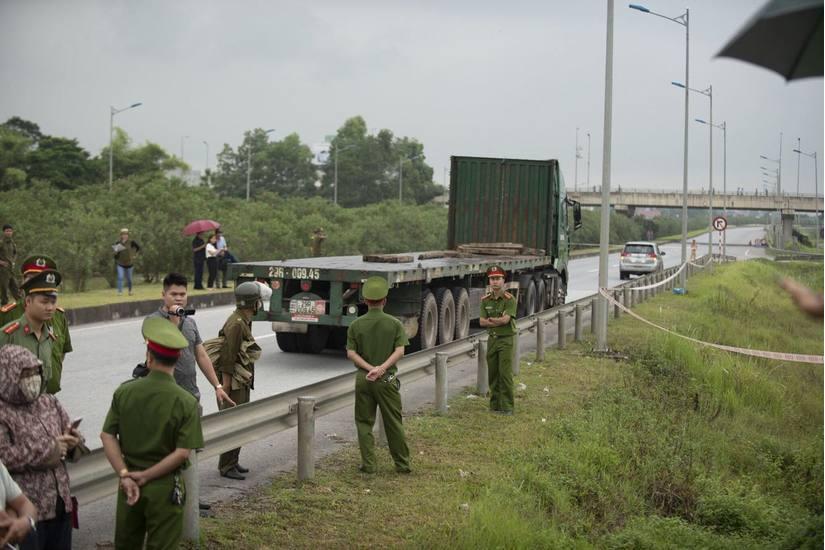 Vợ tài xế container tông Innova đi lùi trên cao tốc