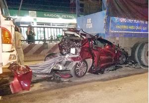 Cả gia đình gào khóc kêu cứu khi ô tô bị tông nát bét trên quốc lộ