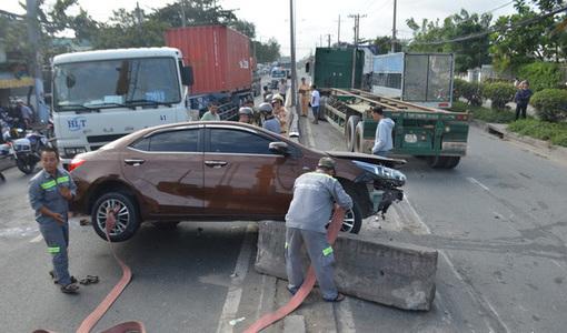 4 ô tô gặp nạn liên hoàn, đường ra vào cảng Cát Lái tê liệt