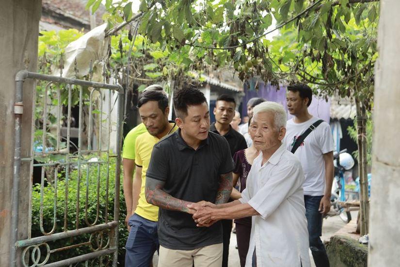 Tuấn Hưng và các cựu cầu thủ Nam Định đá bóng góp quỹ giúp đỡ nữ CĐV gặp nạn