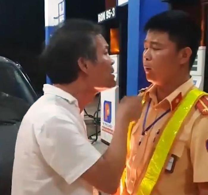 Tài xế lái xe biển xanh tát vào mặt CSGT khi bị nhắc nhở. Ảnh Người Đưa Tin.