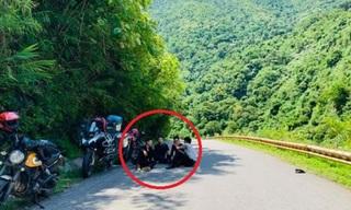 Bức xúc với nhóm phượt thủ ngồi uống nước giữa đường đèo