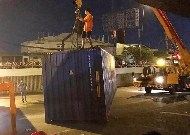 Clip: Thùng container văng xuống đường, suýt đè trúng người đi xe máy
