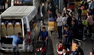 Vợ chồng hành nghề 'cò mồi taxi' lăng mạ, nhổ nước bọt vào mặt nhân viên sân bay Nội Bài