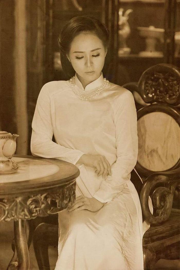 Nữ hoàng Hoa hồng Bùi Thanh Hương khoe vẻ đẹp kiêu sa trong tà áo dài trắng
